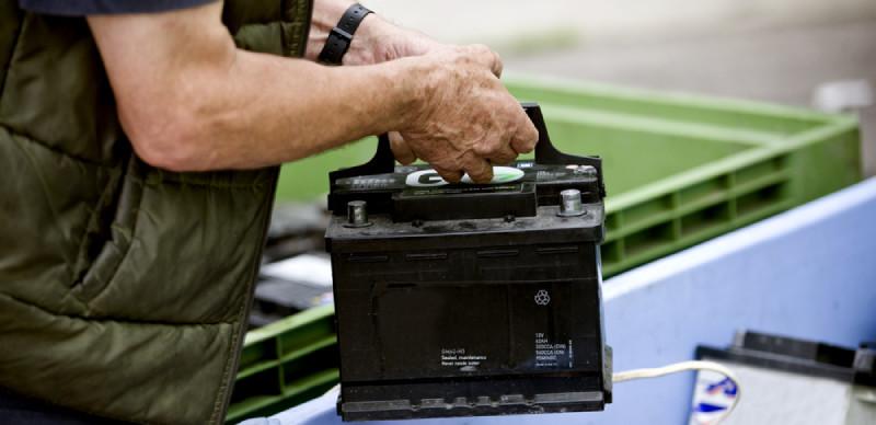 cum schimb o baterie auto
